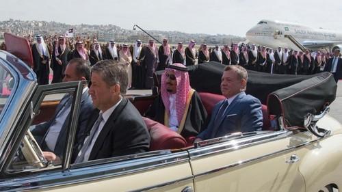 استقبال عبدالله دوم پادشاه اردن از ملک سلمان بن عبدالعزیز آل سعود پادشاه عربستان سعودی در فرودگاه امان پایتخت اردن