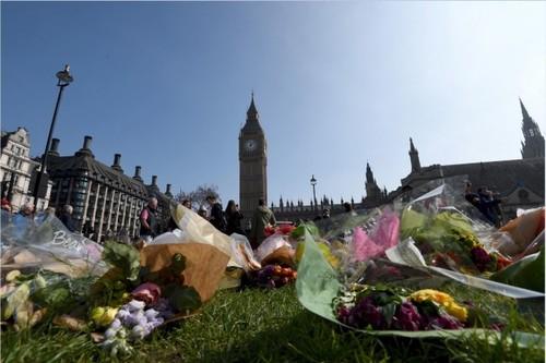 گل هایی برای یادبود و گرامیداشت قربانیان حمله تروریستی در لندن