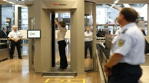 بازرسی از مسافران در یکی از فرودگاه های کانادا