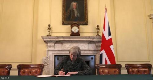 ترزا می نخست وزیر بریتانیا در حال امضای درخواست رسمی خروج کشورش از اتحادیه اروپا