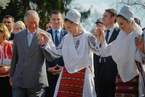 شاهزاده چارلز ولیعهد بریتانیا در رقص سنتی مردم رومانی شرکت کرد.