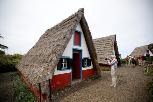 بازدید گردشگران از کلبه های سنتی در منطقه ساحلی مادیرا در شمال پرتغال