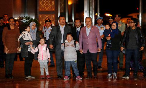 استقبال وزیر امور خارجه مالزی از 9 شهروند مالزیایی گروگان گرفته شده از سوی دولت کره شمالی در پی بحران دیپلماتیک بین دو کشور – فرودگاه بین المللی شهر کوالالامپور