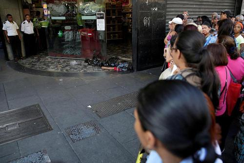 کشته شدن یک شهروند ونزوئلایی در مقابل در ورودی یک سوپر مارکت به دلیل ازدحام در مقابل فروشگاه ها برای خرید مواد غذایی – کاراکاس