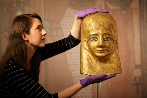 نمایش یک ماسک طلایی مومیایی متعلق به دوران مصر باستان در موزه ملی اسکاتلند در شهر ادینبورگ
