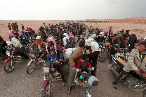 فرار شهروندان سوری از مناطق اطراف سد فرات در شرق شهر رقه مرکز خلافت خود خوانده داعش به سمت مواضع گروه های موسوم به نیروهای دموکراتیک سوریه