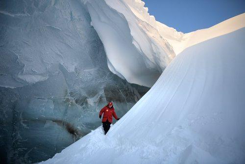 بازدید ولادیمیر پوتین رییس جمهور روسیه از یک غار یخی در جزایر قطبی روسیه در قطب شمال