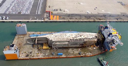 بازگرداندن کشتی تفریحی بزرگ غرق شده به بندر موکپو کره جنوبی. در حادثه غرق شدن این کشتی بزرگ در سال 2014 بیش از 300 نفر از مسافران آن جان باختند
