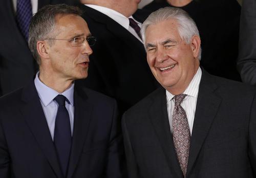 وزیر امور خارجه آمریکا و دبیر کل ناتو در نشست وزرای خارجه این پیمان امنیتی – نظامی در بروکسل