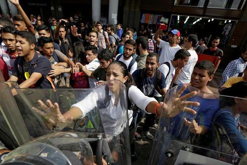 درگیری معترضان حکومت و پلیس ونزوئلا – کاراکاس