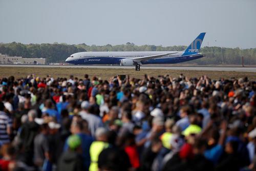 استقبال از نخستین هواپیمای مسافربری یوئینگ 787 در فرودگاه شهر چارلستون در ایالت کارولینای جنوبی آمریکا