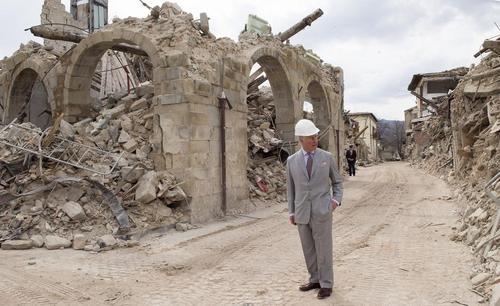 بازدید ولیعهد بریتانیا از شهر زلزله زده آماتریجه ایتالیا