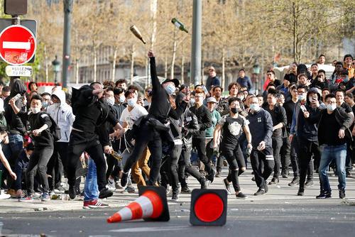 درگیری مهاجران آسیایی تبار با پلیس فرانسه در پی شلیک پلیس پاریس به یک مرد 56 ساله آسیایی در خانه اش