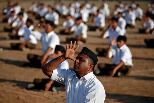 تمرین یوگا از سوی حامیان یک گروه ملی گرای هندو در سالگرد تولد بنیانگذار این گروه – احمد آباد