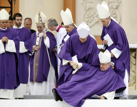 زمین خوردن یک اسقف بازنشسته کاتولیک در جریان یک مراسم آیینی پاپ فرانسیس در واتیکان