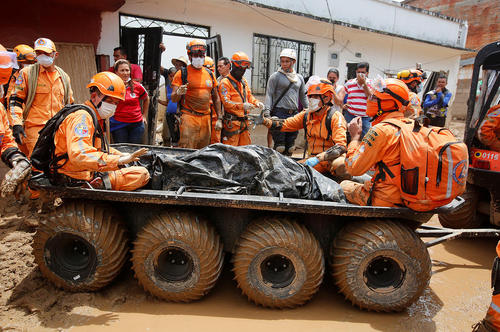 ادامه عملیات امداد و نجات و کشف اجساد در مناطق سیلزده در جنوب غرب کلمبیا