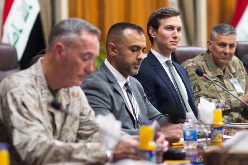 جرد کوشنر داماد ترامپ به همراه رییس ستاد مشترک ارتش آمریکا در جلسه دیدار با مقامات نظامی عراق در مقر وزارت دفاع در بغداد