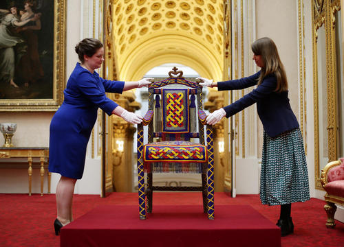 نمایشگاه هدایای اهدایی به ملکه بریتانیا در لندن. صندلی اهدایی مردم نیجریه در سال 1956 به ملکه الیزابت دوم