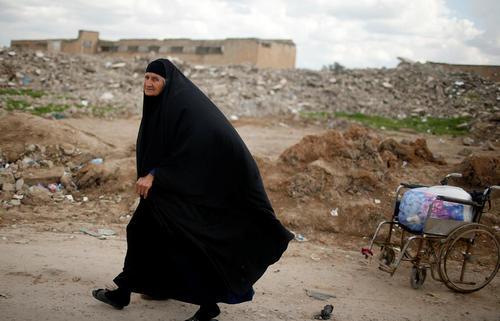 یک زن گریخته از شهر موصل عراق در اردوگاه آوارگان جنگی در جنوب این شهر
