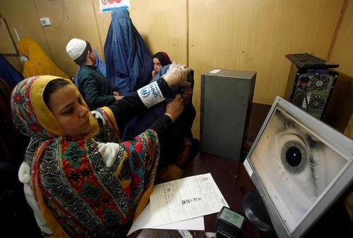 معاینه چشم یک زن پناهجوی افغان در مقر کمیساریای عالی پناهجویان سازمان ملل در پیشاور پاکستان