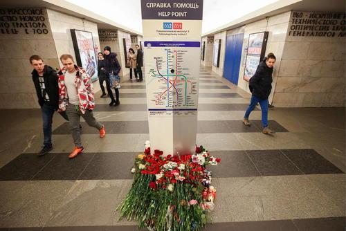 گذاشتن گل در مترو شهر سن پترز بورگ روسیه برای یادبود قربانیان حمله تروریستی روز دوشنبه