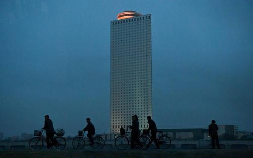 دوچرخه سواری در غروب شهر پیونگ یانگ کره شمالی