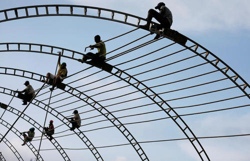 ساخت اسکلت فلزی یک خیمه بزرگ برای برگزاری یک مراسم آیینی در شهر کلمبو سریلانکا