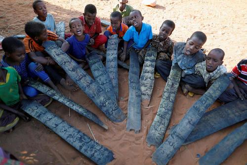 برگزاری کلاس قرآن برای کودکان سومالیایی آواره جنگی در اردوگاهی در این کشور
