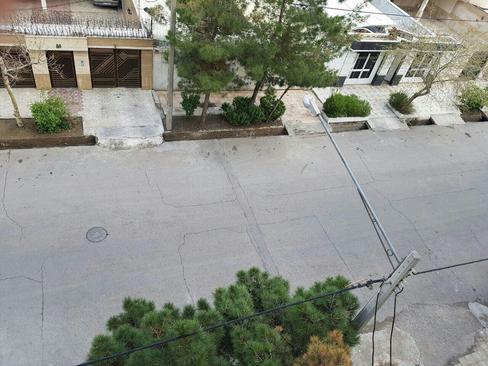 برخی خیابان ها و کوچه بر اثر زلزله ترک خورده اند