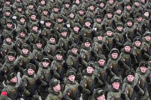 رژه واحدهایی از ارتش روسیه برای تمرین رژه روز 9 می ، هفتادودومین سالگرد پیروزی ارتش سرخ شوروی بر آلمان نازی