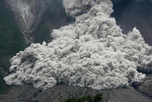 غبارهای متصاعد شده از یک کوه آتشفشانی در سوماترای اندونزی