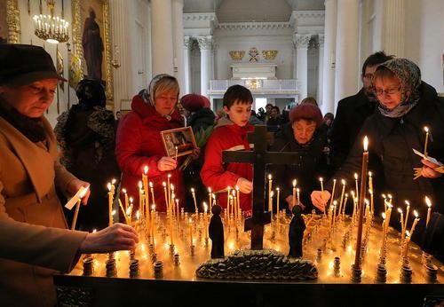 آیین های تشییع قربانیان حمله تروریستی روز دوشنبه به مترو شهر سن پترز بورگ روسیه