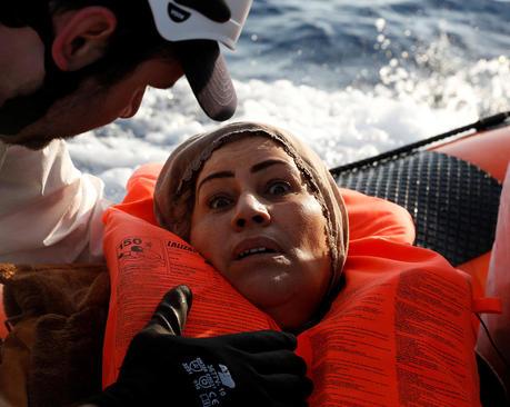 نجات پناهجویان روی قایق در سواحل مالت در دریای مدیترانه