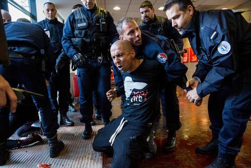 اعتراض نمادین مدافعان حقوق حیوانات و مروجان گیاهخواری علیه مصرف گوشت و فراورده های دامی – شهر لیون فرانسه
