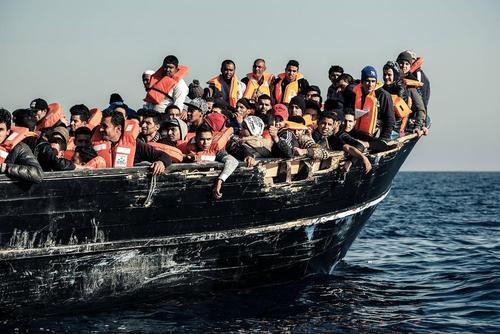 پناهجویان عازم اروپا در سواحل لیبی در دریای مدیترانه