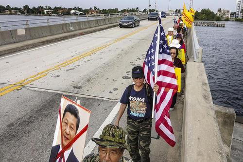 تظاهرات چینی های ساکن ایالت فلوریدا آمریکا علیه سفر شی جن پنگ رییس جمهور چین به آمریکا – پلم بیچ فلوریدا