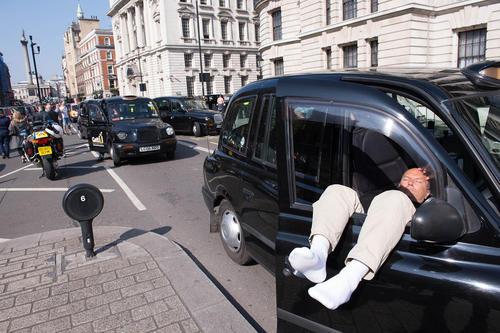 تصاب رانندگان تاکسی سیاه و سفید لندن در اعتراض به سیاست های حمل و نقل عمومی دولت در مقابل ساختمان شورای شهر لندن