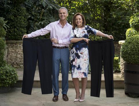 عکس یادگاری مارک و آماندا گیبون زوج بریتانیایی رکورددار لاغری در سال 2017 با لباس های سابقشان - لندن