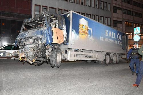 کامیون یک شرکت تولید آبجو در سوئد که از سوی فرد مهاجم ربوده و به عنوان ابزار کشتار به داخل فروشگاهی در مرکز شهر استکهلم رانده شد