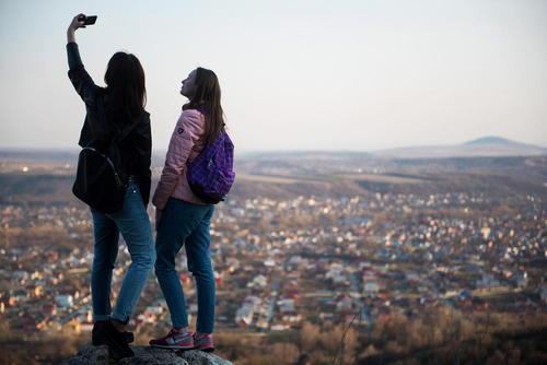 گرفتن عکس سلفی بر بالای تپه ای مشرف به شهر یاتیگورسگ روسیه