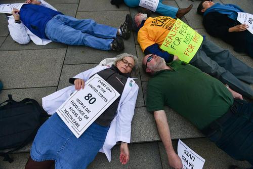 اعتراض نمادین پزشکان و پرستاران آمریکایی به لغو طرح بیمه همگانی اوباما و تبعات ناشی از آن برای شهروندان آمریکایی – واشنگتن دی سی