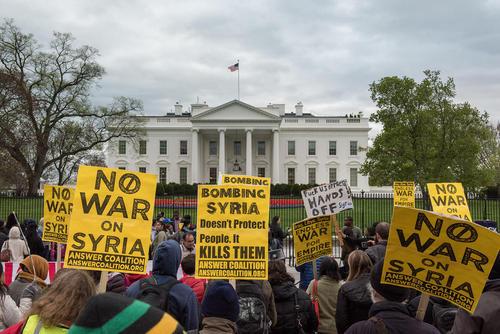 تظاهرات مخالفان حمله به سوریه در مقابل کاخ سفید در واشنگتن دی سی
