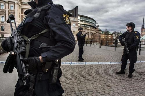 تدابیر امنیتی ویژه در شهر استکهلم سوئد در پی حمله تروریستی روز جمعه در این شهر