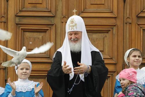 آزاد کردن پرندگان سفید از سوی اسقف اعظم کلیسای ارتدوکس روسیه در مراسم آیینی عید تبشیر در کلیسای جامع شهر مسکو