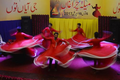 رقص صوفی ها در گردهمایی صوفیان در لاهور پاکستان