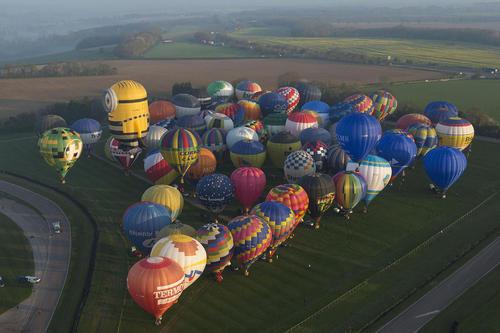 آمادگی برای بزرگ ترین مسابقات بالن جهان با پرواز همزمان 100 بالن در لندن