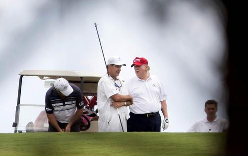 گلف بازی دونالد ترامپ رییس جمهور آمریکا در باشگاه بین المللی گلف خود در پالم بیچ فلوریدا در تعطیلات آخر هفته
