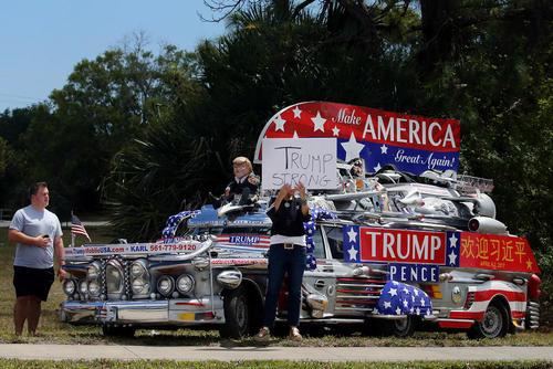 تجمع گروهی از حامیان ترامپ در بیرون عمارت تفریحی او در پالم بیچ فلوریدا