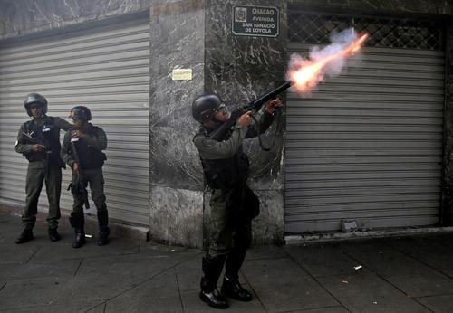 شلیک گاز اشک آور از سوی پلیس ونزوئلا به سمت معترضان حکومت – کاراکاس