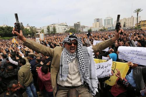 تظاهرات کارمندان علیه کاهش حقوق ها و سیاست های ریاضت اقتصادی دولت حماس در غزه